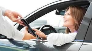 Có thể dùng bằng lái ô tô thay cho giấy phép lái xe máy?